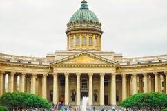 Arquitectura antigua hermosa de St Petersburg Los turistas caminan alrededor de la ciudad imagen de archivo libre de regalías