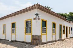 Arquitectura antigua y calle en la ciudad de Paraty Imagen de archivo libre de regalías