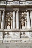 Arquitectura barroca, blanca con las estatuas antiguas y columnas en Italia fotografía de archivo