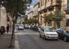 Arquitectura barroca a lo largo de una calle en la ciudad de Ostuni, Apulia, Italia fotos de archivo