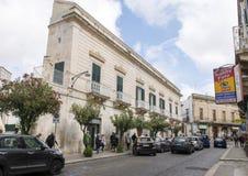 Arquitectura barroca a lo largo de una calle en la ciudad de Ostuni, Apulia, Italia imagen de archivo
