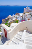 Arquitectura blanca de la ciudad de Oia en la isla de Santorini Imágenes de archivo libres de regalías