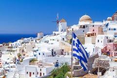 Arquitectura blanca de la ciudad de Oia en la isla de Santorini Foto de archivo libre de regalías