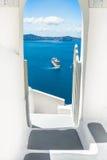 Arquitectura blanca en la isla de Santorini, Grecia Foto de archivo libre de regalías