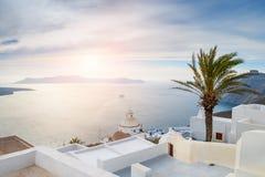 Arquitectura blanca en la isla de Santorini, Grecia Imagen de archivo libre de regalías
