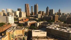Arquitectura céntrica diurna de la costa este de Atlanta de los cielos azules metrajes