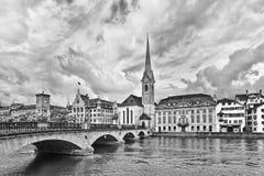 Arquitectura característica en la ciudad vieja de Zurich, vista del río foto de archivo libre de regalías