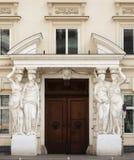 Arquitectura clásica - entrada a una casa de Viena Foto de archivo