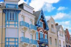 Arquitectura colorida en el Mers-les-Bains, Normandía del norte, Francia Foto de archivo