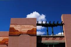 Arquitectura con diseño al sudoeste en estuco contra el cielo azul con las nubes, Santa Fe, New México imagen de archivo libre de regalías