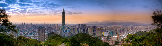Arquitectura da cidade bonita do por do sol com skyline de Taipei. fotografia de stock royalty free