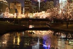 Arquitectura da cidade com árvores iluminadas. Fotos de Stock