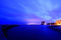 Arquitectura da cidade com crepúsculo do nascer do sol da água Foto de Stock Royalty Free