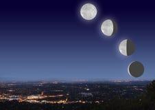 Arquitectura da cidade da noite com fases da lua Fotos de Stock Royalty Free
