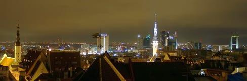 Arquitectura da cidade da noite de Tallinn Imagem de Stock