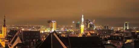 Arquitectura da cidade da noite de Tallinn Imagens de Stock