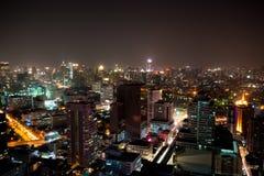 Arquitectura da cidade da noite em Banguecoque Fotos de Stock Royalty Free