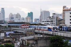 Arquitectura da cidade de Banguecoque com um BTS Skytrain Imagens de Stock