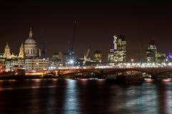 Arquitectura da cidade de Londres com a catedral do St. Paul Foto de Stock Royalty Free