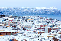 Arquitectura da cidade de Narvik no crepúsculo Noruega Fotos de Stock