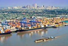 Arquitectura da cidade de Nova Orleães com atividade portuária Imagens de Stock