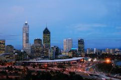 Arquitectura da cidade de Perth no tráfego da hora do crepúsculo-pico Imagem de Stock