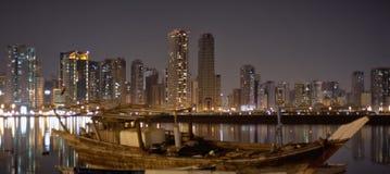 Arquitectura da cidade de Sharjah. Opinião da noite na lagoa de Khalid. Fotos de Stock Royalty Free