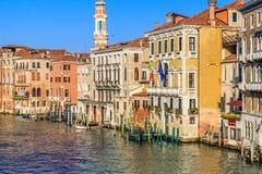 Arquitectura da cidade de Veneza, canal estreito da água, igreja do campanile no fundo e construções tradicionais Italy, Europa Foto de Stock