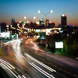 Arquitectura da cidade e estrada da noite, Foto de Stock Royalty Free