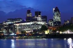 Arquitectura da cidade moderna de Londres na noite Foto de Stock Royalty Free