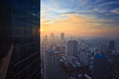 Arquitectura da cidade no meio de Tailândia no tempo do por do sol Imagem de Stock Royalty Free