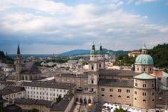 Arquitectura da cidade panorâmico e alpes de Salzburg Imagem de Stock Royalty Free