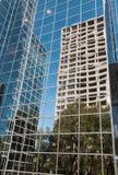 Arquitectura da cidade: Reflexões urbanas no vidro do Highrise Fotos de Stock Royalty Free