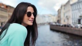Arquitectura de comtemplación turística sonriente de la ciudad del canal del agua de la mujer que disfruta de vacaciones metrajes