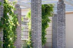 Arquitectura de griego clásico, pilares grises hechos de ladrillos imágenes de archivo libres de regalías
