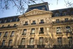 Arquitectura de Haussmann en París imagenes de archivo