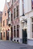 Arquitectura de la calle bicked estrecho de Brujas fotos de archivo