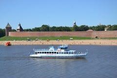 arquitectura de la ciudad del Kremlin de la nave de Volkhovriver del río Imagenes de archivo