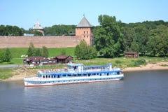 arquitectura de la ciudad del Kremlin de la nave de Volkhovriver del río Imagen de archivo libre de regalías