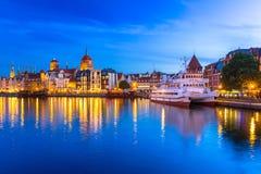 Arquitectura de la ciudad vieja en Gdansk sobre el río de Motlawa en la noche Fotos de archivo