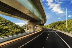 Arquitectura de la construcción de la carretera con las curvas hermosas fotos de archivo