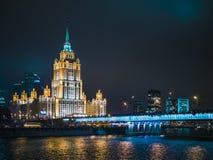 Arquitectura de la firma de Moscú de la noche, río, luces, carretera, tráfico imagenes de archivo