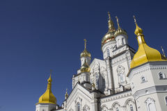 Arquitectura de la iglesia ortodoxa y de las bóvedas de oro Fotografía de archivo libre de regalías