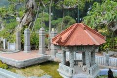Arquitectura de la pequeña casa clásica agradable Imagen de archivo libre de regalías