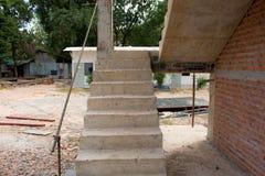 Arquitectura de las escaleras inacabada en el sótano Fotografía de archivo libre de regalías