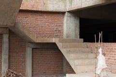 Arquitectura de las escaleras inacabada en el sótano Imagen de archivo libre de regalías