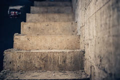 Arquitectura de las escaleras inacabada en el sótano Escalera concreta del cemento en el emplazamiento de la obra de la casa Fotos de archivo