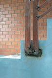Arquitectura de las escaleras inacabada en el sótano Stai del hormigón del cemento Foto de archivo libre de regalías