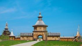 Arquitectura de madera rusa imagenes de archivo