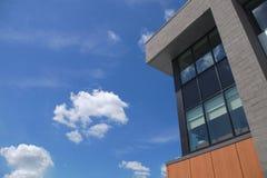 Arquitectura de negocio moderna de la esquina del edificio de oficinas Foto de archivo